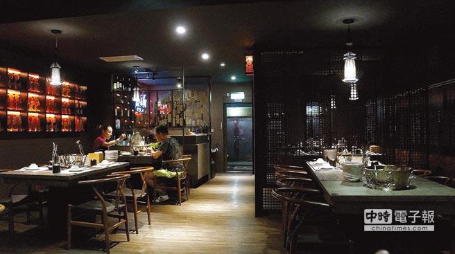 〈郭主義麻辣火鍋〉面積不大,時尚中國風的店裝不俗且舒適。圖/姚舜