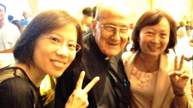 移民署長何榮村今日指派移民事務組蘇慧雯專門委員(右)及台北市服務站主任黃齡玉(左 ),帶著他的祝福提前向賴甘霖神父祝賀「百歲壽辰快樂」。(張企群翻攝)
