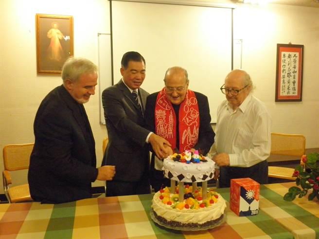 移民署署長何榮村(左)2011年時就曾親賀賴甘霖神父(右)生日,賴神父用熱情擁抱回贈何榮村。(張企群翻攝)