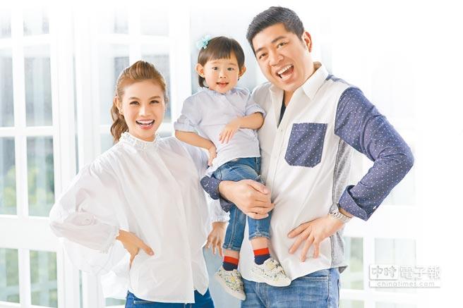 朱海君(左起)和抱著女兒的NONO,一家三口合拍全家福照。