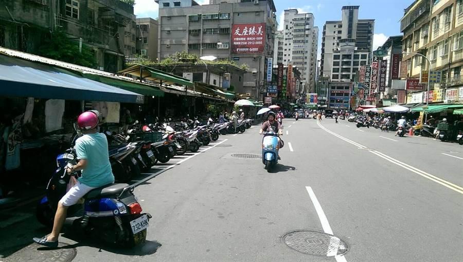 新店區建國路市場整頓後,攤商退出馬路,環境也變乾淨。(新北市市場處提供)