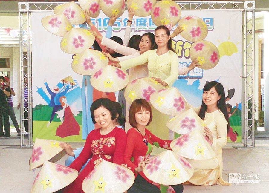 越南傳統舞蹈接序,以S形隊伍表達對故鄉的思念。(郭芝函攝)