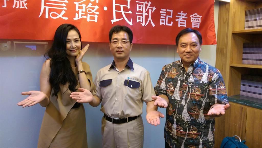 晨禎營造總經理王水樹(中)斥資逾百萬元舉辦「晨露‧民歌」演唱會,邀請到于台煙、施孝榮(右)等7位名歌手獻唱。(圖/曾麗芳)