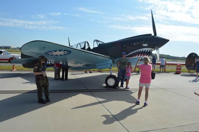 漆著青天白日徽的P-40N戰鬥機,在本屆戰鷹週末上受到民眾的歡迎。(許劍虹攝)