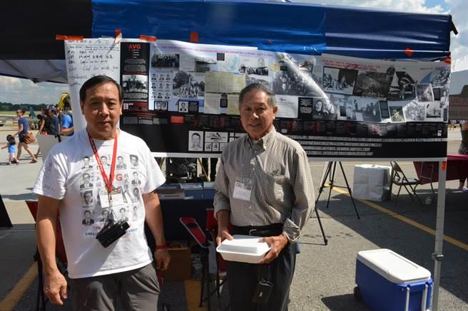 參加美籍志願大隊的華裔機械士伍伯濂之子伍飛傑(左),在現場特別擺攤介紹華人在飛虎隊裡的事蹟,並出售自己父親的傳記。(許劍虹攝)