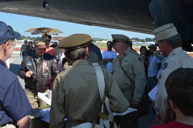參加駝峰航線重演活動的玩家中,也有人戴著上有中華民國空軍軍徽的軍帽。(許劍虹攝)
