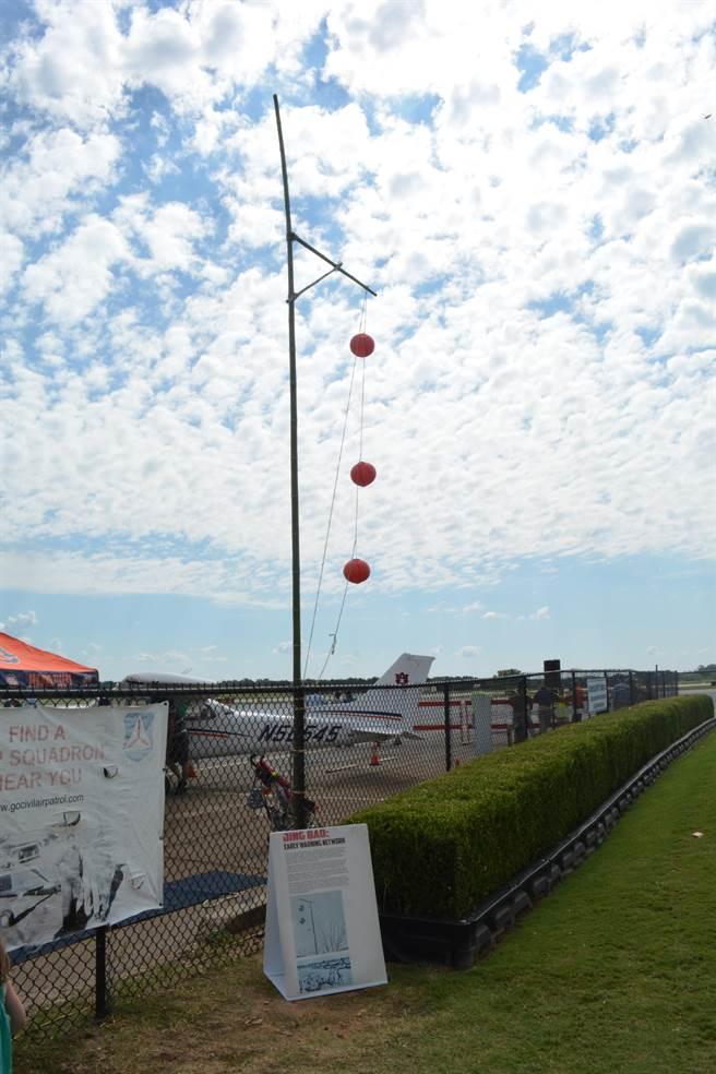 由陳納德為中華民國空軍設計,以紅色燈籠象徵日軍轟炸機距離的警報網系統,在本次戰鷹周末上也被複製展示了出來。(許劍虹攝)