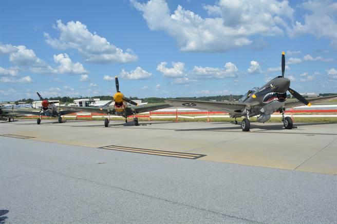 停靠在飛行線上的P-40總共有五架,每架都維持可飛行狀態。(許劍虹攝)