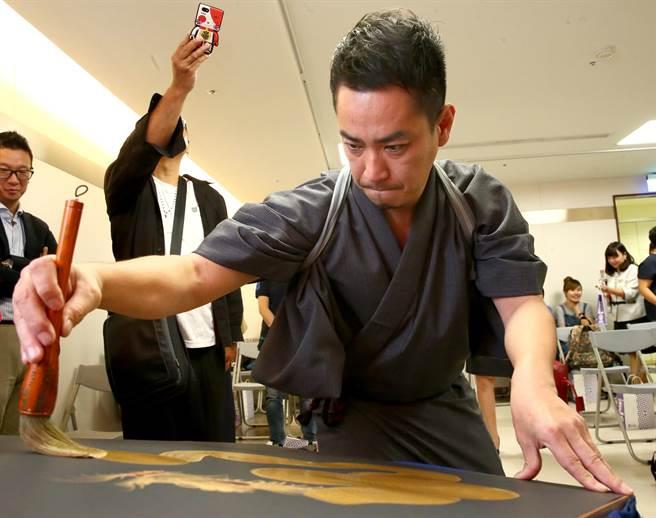桜凜堂-手島啓輔今現場展演一筆龍,揮毫過程神情專注。(粘耿豪攝)