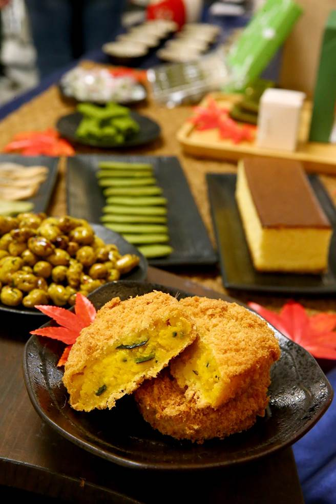 嵐山コロッケ京黃金可樂餅、京高湯可樂餅(前),每個80元;豆政芥末花生豆80g、190元(後)。(粘耿豪攝)