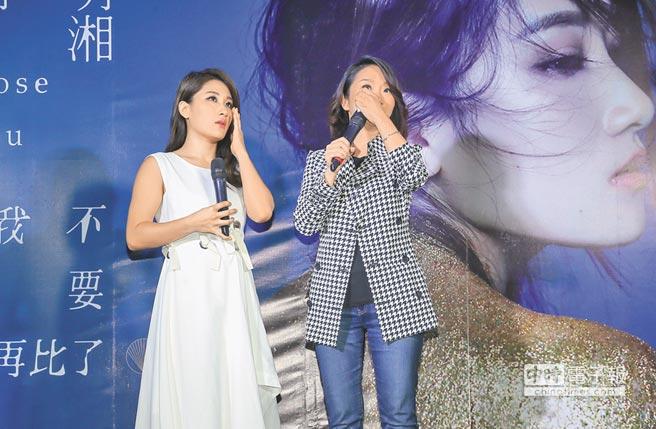 陶子(右)與劉明湘昨在台上數次淚崩。(盧禕祺攝)