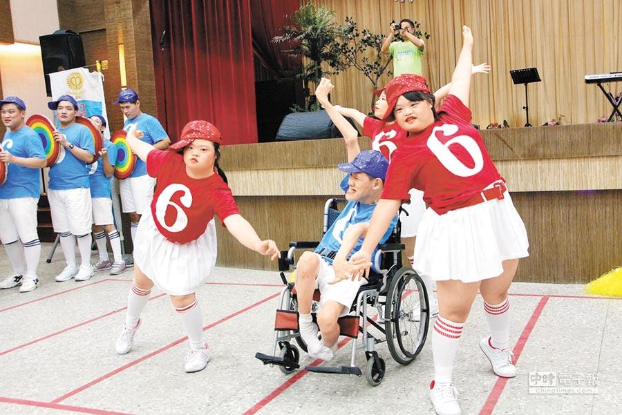 嘉義市腦麻協會表演歌舞,逗樂濟美仁愛之家的阿公阿嬤。(廖素慧攝)
