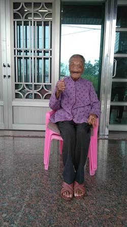 106歲余烏蜂愛說好話 逢人就祝對方「呷百二」