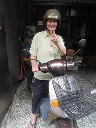台中102歲活龍人瑞 脾氣好騎車趴趴走