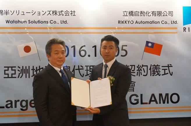 立橋自動化社長宋家豪(右),今日與日本綿半解決方案公司社長長野正典完成簽約,正式取得「GLAMO」品牌鋁門窗的亞洲地區總代理銷售權。(圖/曾麗芳)