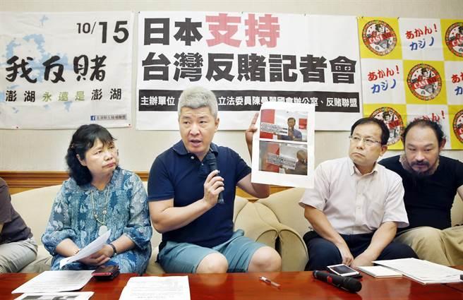 台灣反賭博合法化聯盟執行長何宗勳(左二)6日與日本反賭代表新川真一(右二)等人舉行記者會呼籲各界共同反對澎湖開放博弈。(姚志平攝)
