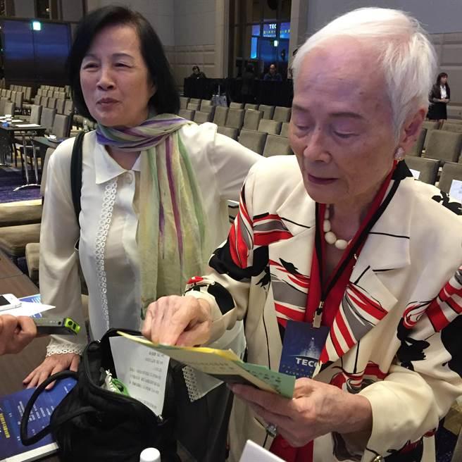 高齡97歲的東元阿嬤林明穱近來忙著傳福音,要幫聽障人士製作手語聖經。(圖文/沈美幸)