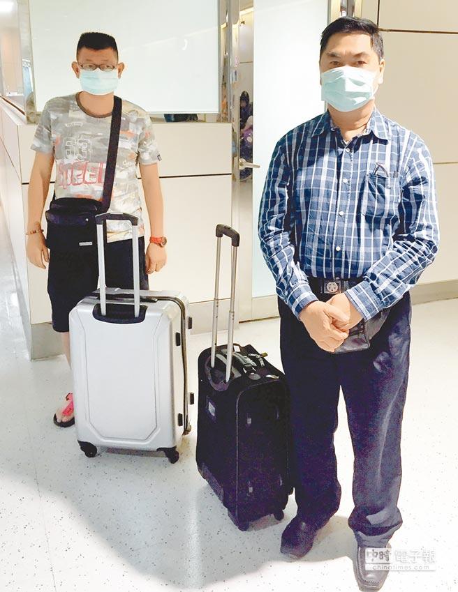 移民署國境事務大隊4日下午在桃園機場查獲2名馬來西亞籍旅客50歲的關男(Kuan,圖左)及62歲的魏男(Wai,圖右),兩人持變造的馬來西亞假護照自吉隆坡經泰國曼谷再轉機來台,入境時分別遭最資深及最資淺的移民官同時查獲。(陳麒全翻攝)