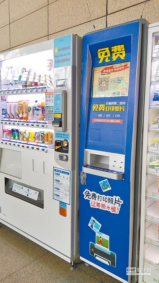 掃描QR Code免費打印服務,在大陸許多公共場所都可見到。圖為上海浦東機場打印設備。(記者莊舒仲攝)