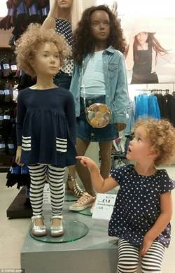 看到另一個自己 女童驚喜合影