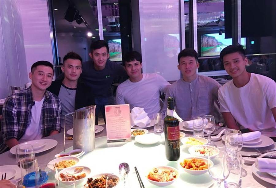包含(左至右)林瑞堃、呂奇旻、蔣淯安、王皓吉、李愷諺、黃聰翰等朱億宗的台啤隊友都出席婚宴。(黃及人攝)