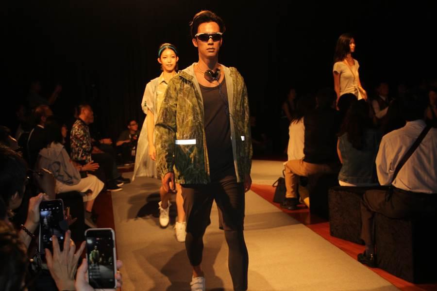 不論男模、女模,都穿起台南在地廠商設計的衣服走秀。(程炳璋攝)