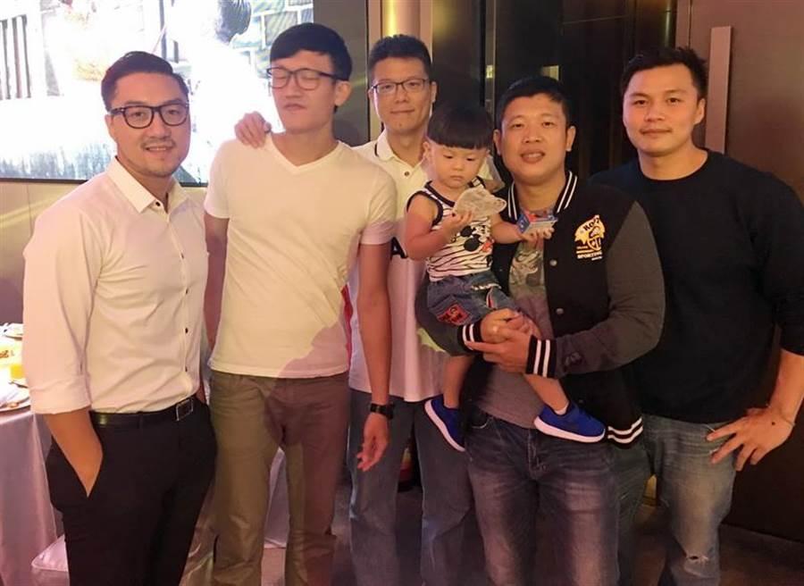 (左至右)林冠綸、黃巨導、尚韋帆、王男桂、鄧安誠等球員也都到場,其中林冠綸將在本月底結婚。(黃及人攝)