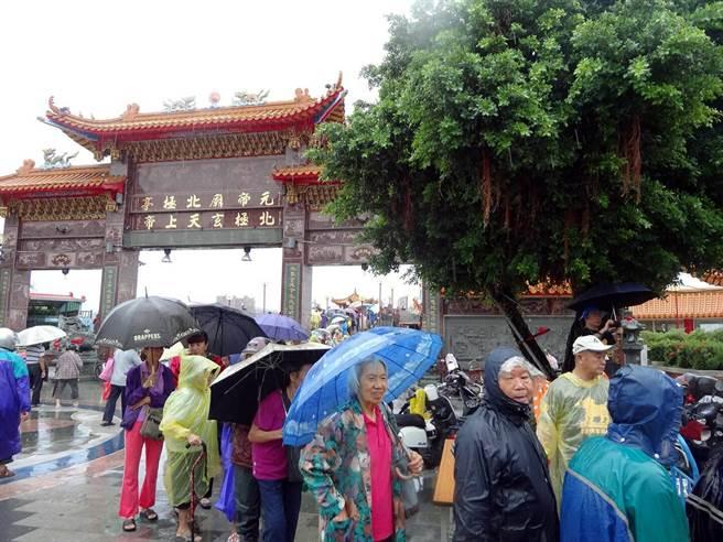 萬年季活動的特色美食,吸引民眾冒雨排隊。(民政局提供)
