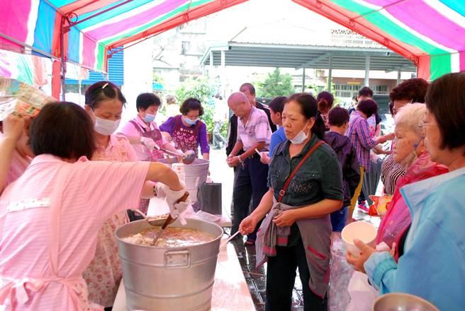 綿綿細雨中,享受熱騰騰在地特色美食,吸引許多民眾參與。(民政局提供)