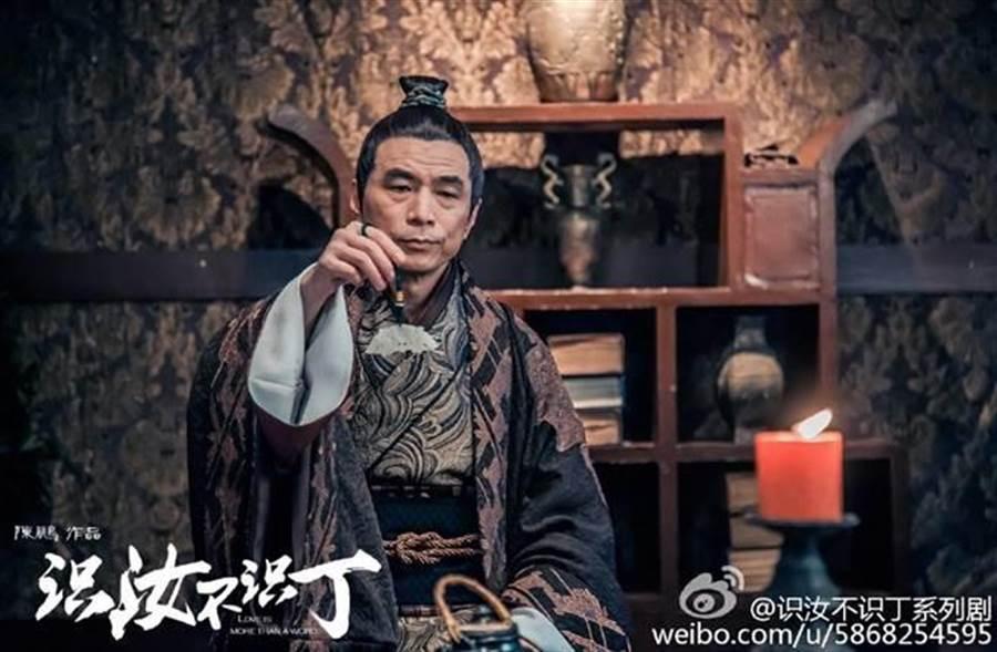 李天柱在BL網劇《識汝不識丁》中飾演老謀深算的管家。(圖/取材自識汝不識丁微博)