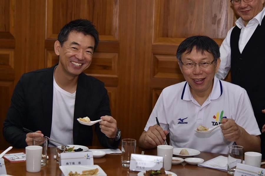 台北市長柯文哲(右)今天中午與前大阪市長橋下徹一起吃小籠包,兩人交談十分融洽。(摘自柯文哲臉書)