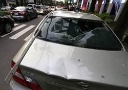 台中建築工地疑似鐵條墜落 砸6車幸無人傷