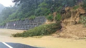 新北瑞芳往九份方向土石坍塌 黃泥溢流路面