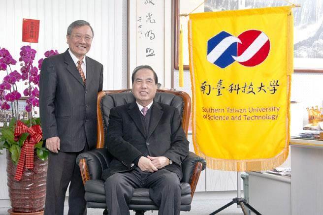 在董事長鄭高輝(右)與校長戴謙(左)的領導下,南臺科技大學成為「大學聲望調查」排名最高的私立技職。(南台科大提供)