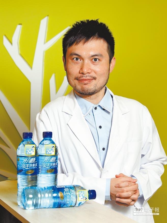 連天豪醫師提醒民眾,多喝水有助增加身體代謝。「形動海洋深層水」,每瓶800毫升,售價29元。(王英豪攝)
