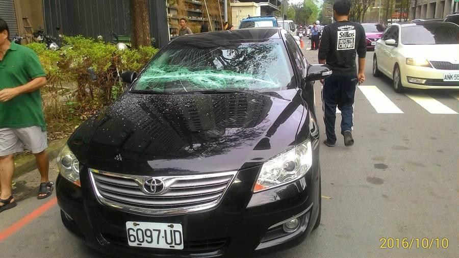 台中市7期建築工地墜鐵條砸中6車、幸無人員受傷!(警方提供)