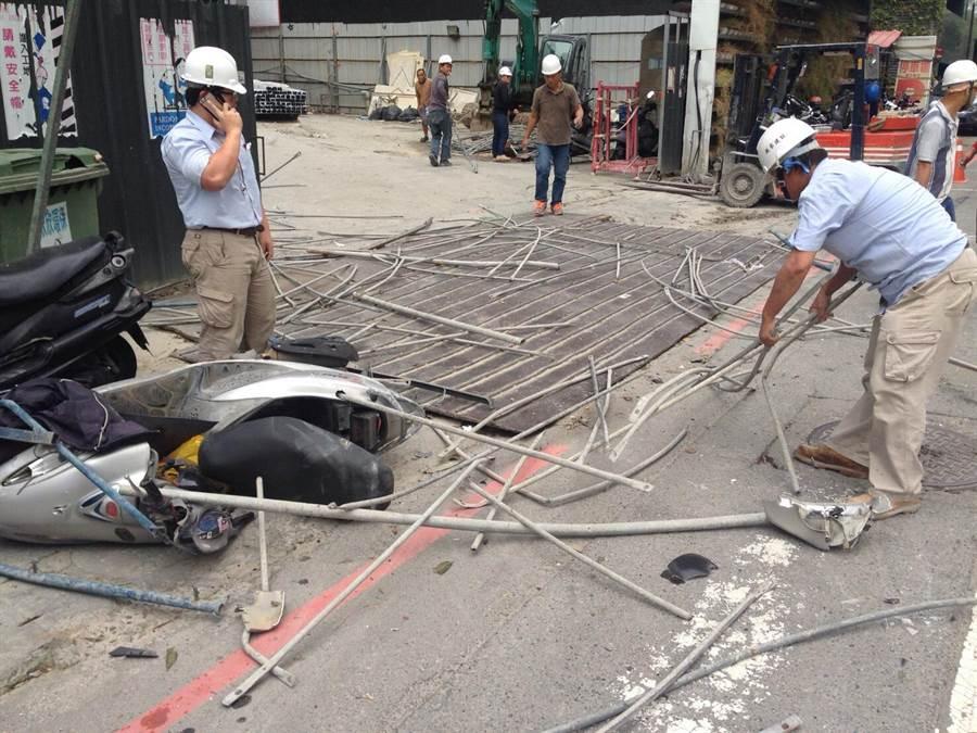 相關工程人員於意外現場清理善後。(警方提供)