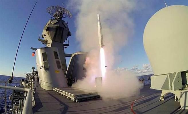 從垂直發射器飛出的先進海麻雀飛彈,射程可達50公里,可以攔截反艦飛彈與超音速飛彈。(圖/澳洲海軍)