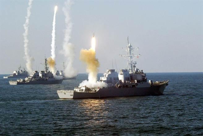 演習中的神盾艦隊,多艘伯克級驅逐艦一齊發射標準二型飛彈。(圖/美國海軍)