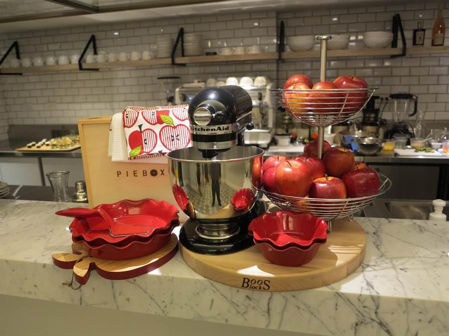 歐美第一品牌攪拌器KitchenAid正式進軍家用廚電市場,圖為KitchenAid「Artisan抬頭式桌上型攪拌機。(圖/業者提供)