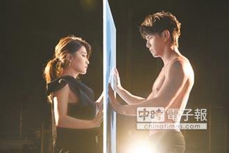 劉明湘裸背任祖雄揮灑 他回報壯肌大跳雙人舞