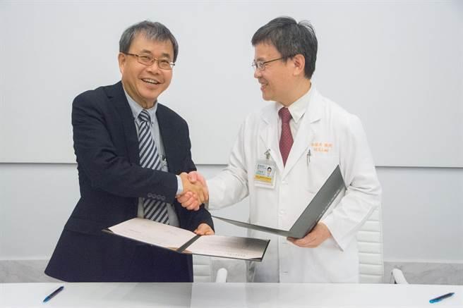 中山大學校長鄭英耀(左)因腳傷結識高雄長庚院長李炫昇(右),兩人一見如故,進而促成院校之間簽定策略聯盟。(林宏聰攝)