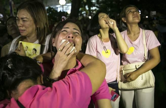泰王過世的消息傳出後,國民皆悲慟不已,他們都穿著粉紅是因為該色代表幸運。(圖/美聯社)