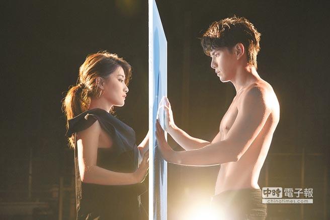 劉明湘(左)和戴祖雄共舞時,他大方露胸肌。