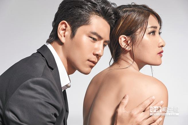 劉明湘(右)在MV中露背,和戴祖雄演出對手戲。