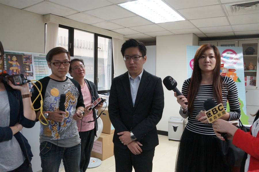 桃園市新聞處長張惇涵(中)表示,兩案程序上沒問題。(甘嘉雯攝)
