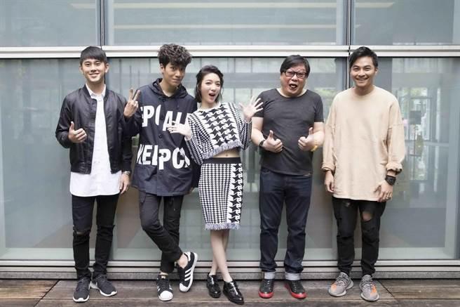馬曉豪(左起)、子閎、庭萱、楊少文、楊銘威出席新戲開鏡。(緯來提供)