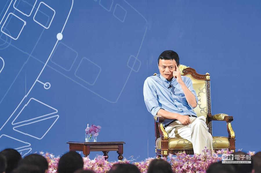 馬雲昨在雲棲大會談未來30年,五大變革將顛覆各行各業。圖為馬雲與泰國青年創業者代表對話交流。(新華社)