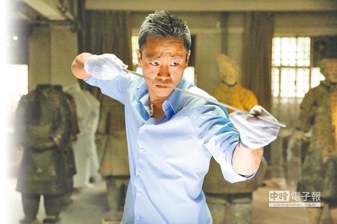 林宇民在考古團隊指導下,檢視由秦始皇陵出土的古劍。(國家地理頻道提供)