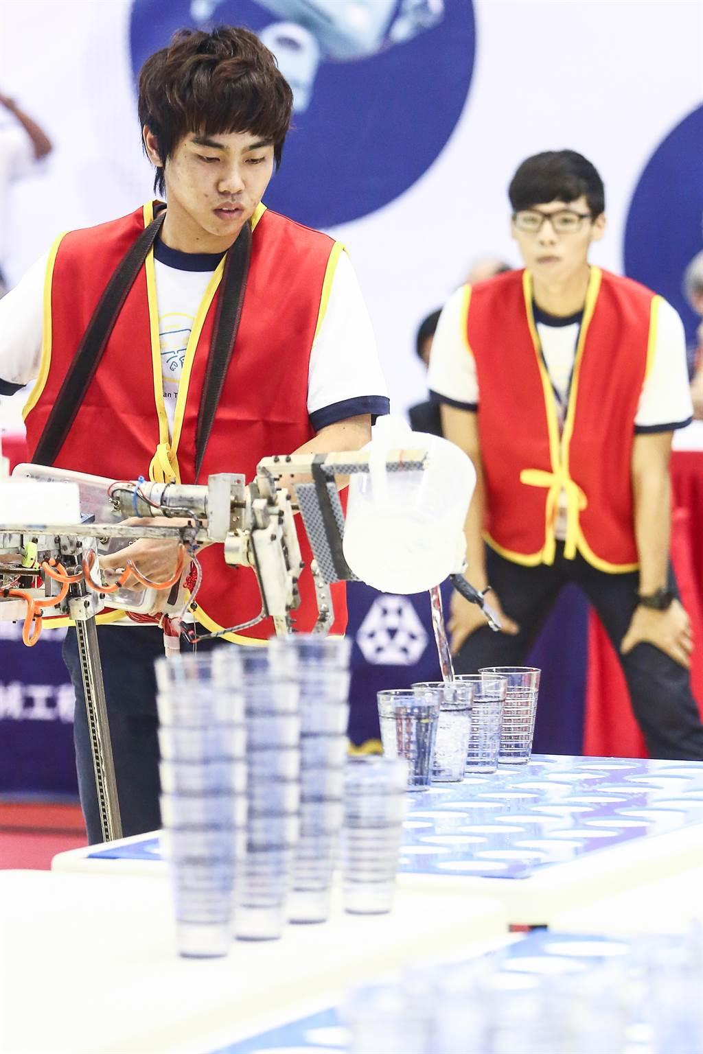 第20屆TDK盃機器人競賽16日舉辦決賽,冠軍賽則由南榮科技大學的「海霸王」隊一路領先,最終成功放好4個水杯,拿下冠軍。(鄧博仁攝)